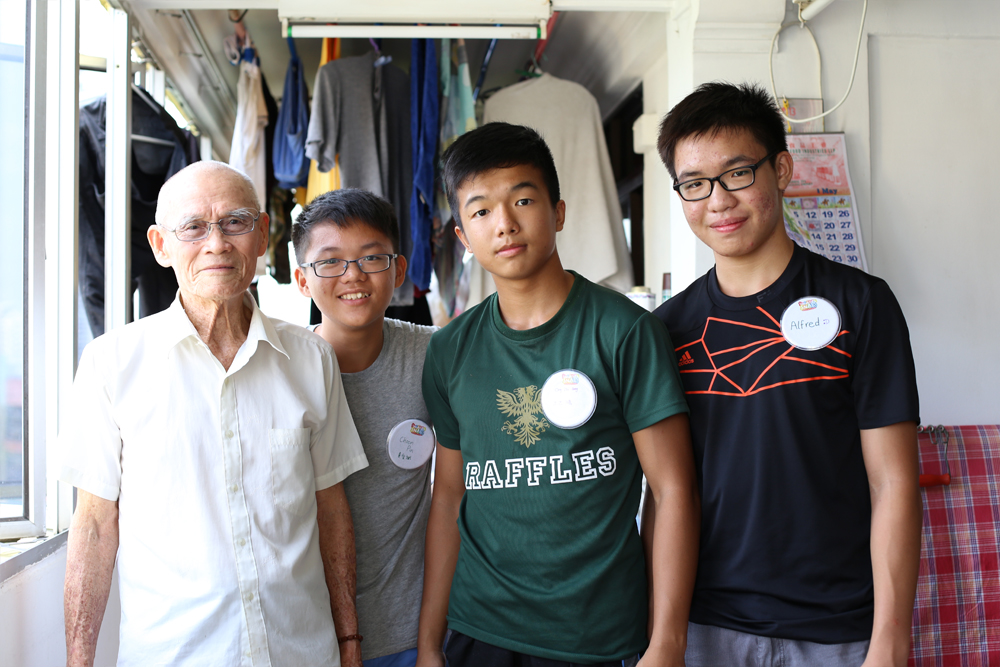 Volunteers (from the right) Alfred, Zhi Hong & Choon Pin visited the home of Mr Fu Ya Bo (left)