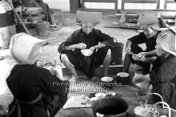 Samsui women having their meal and resting from their back-breaking jobs at the construction site in the 1950s. Photo: National Archives of Singapore