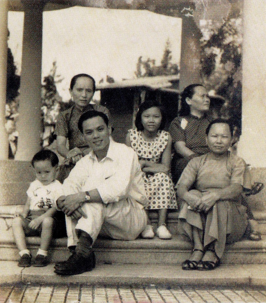 Kuet Gin Bok, his relatives and friend visiting the Tiger Balm Gardens in 1952.